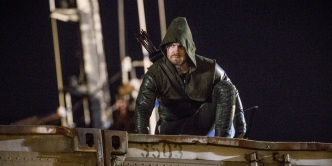 Stephen-Amell-as-Green-Arrow-in-Arrow-episode-Kapiushon
