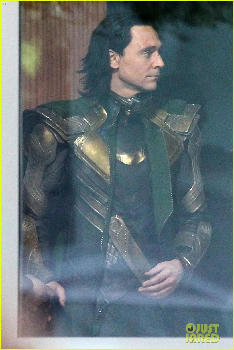 tom-hiddleston-gets-into-loki-costume-for-avengers-4-03.jpg